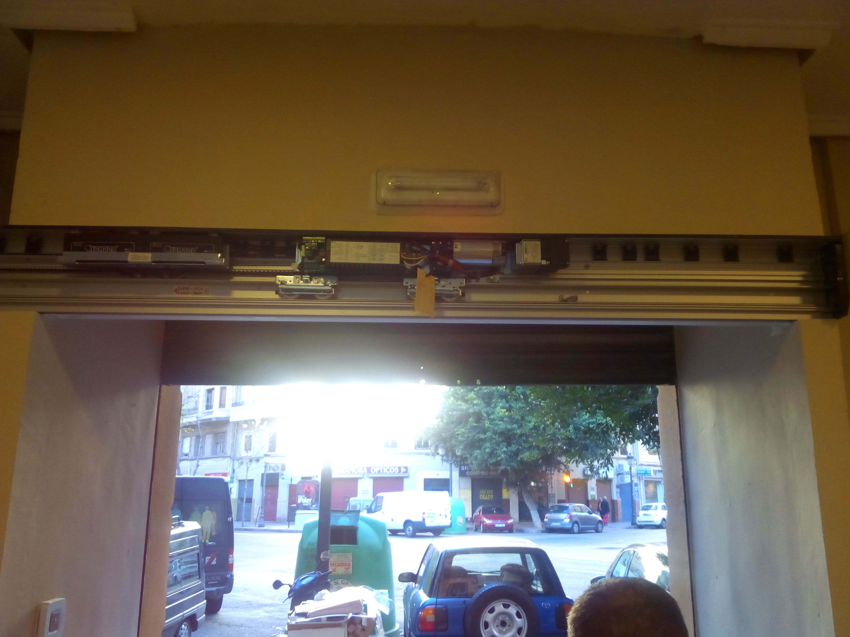 Instalación de motor de puerta de cristal corredera automática
