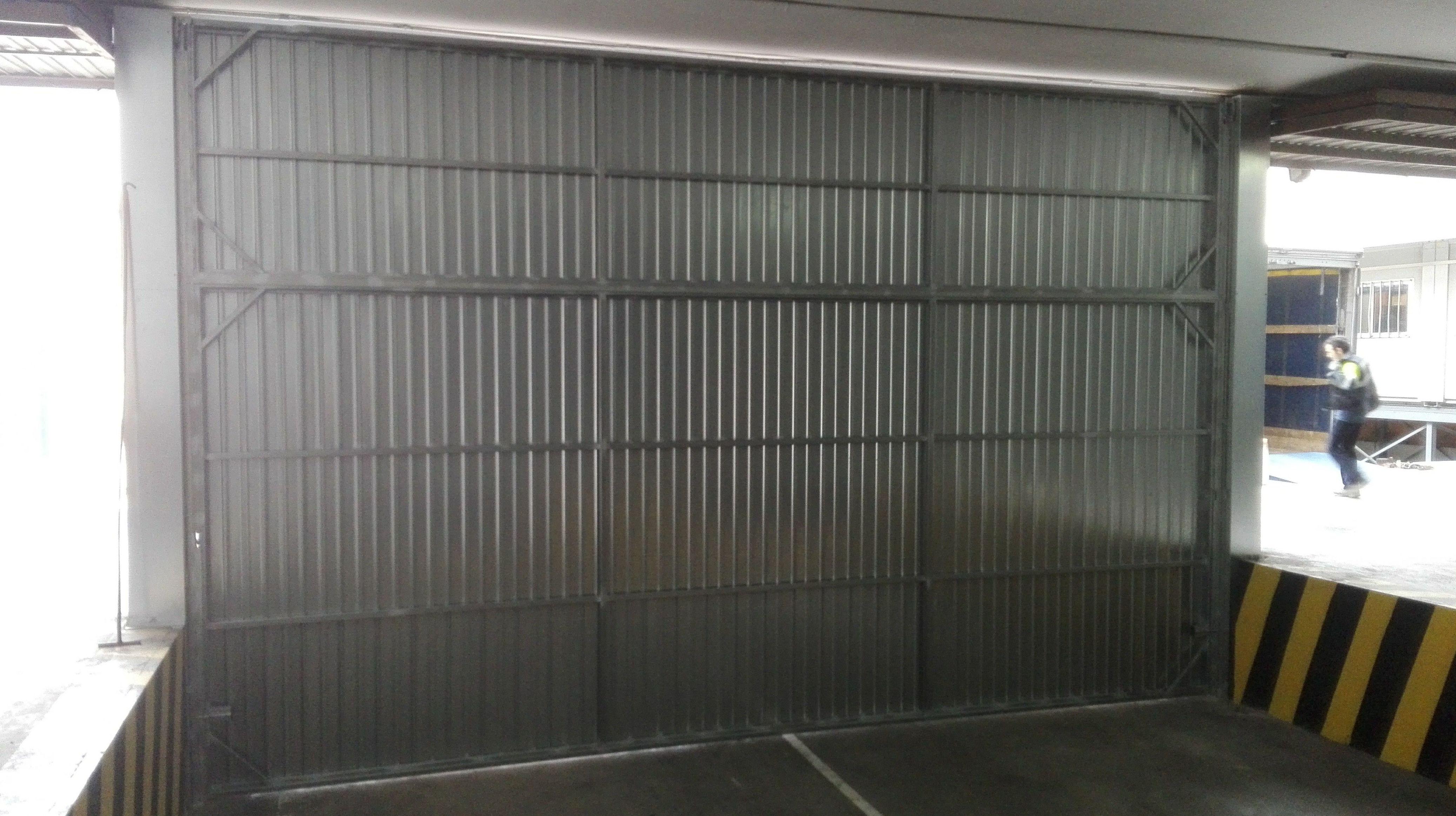 Puerta basculante de contrapesos de chapa galvanizada parte interior en Paterna