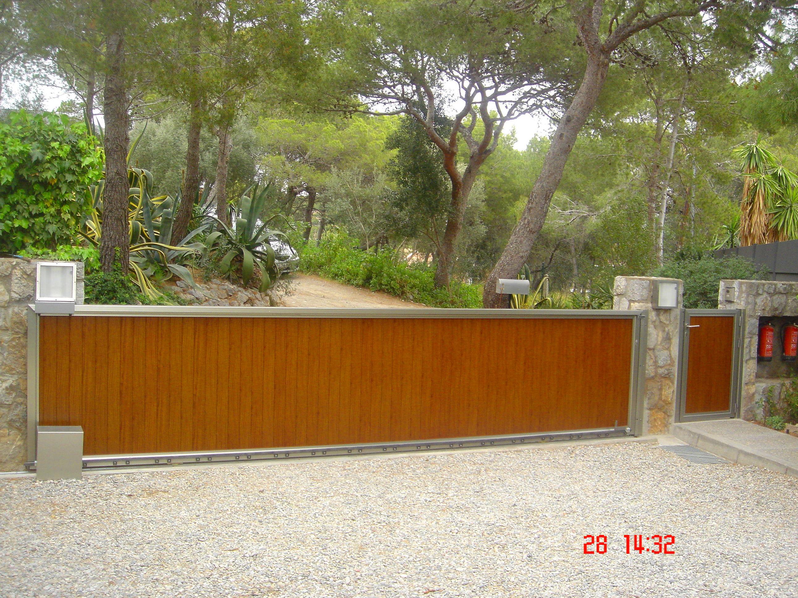 Puerta cancela corredera de aluminio imitación madera
