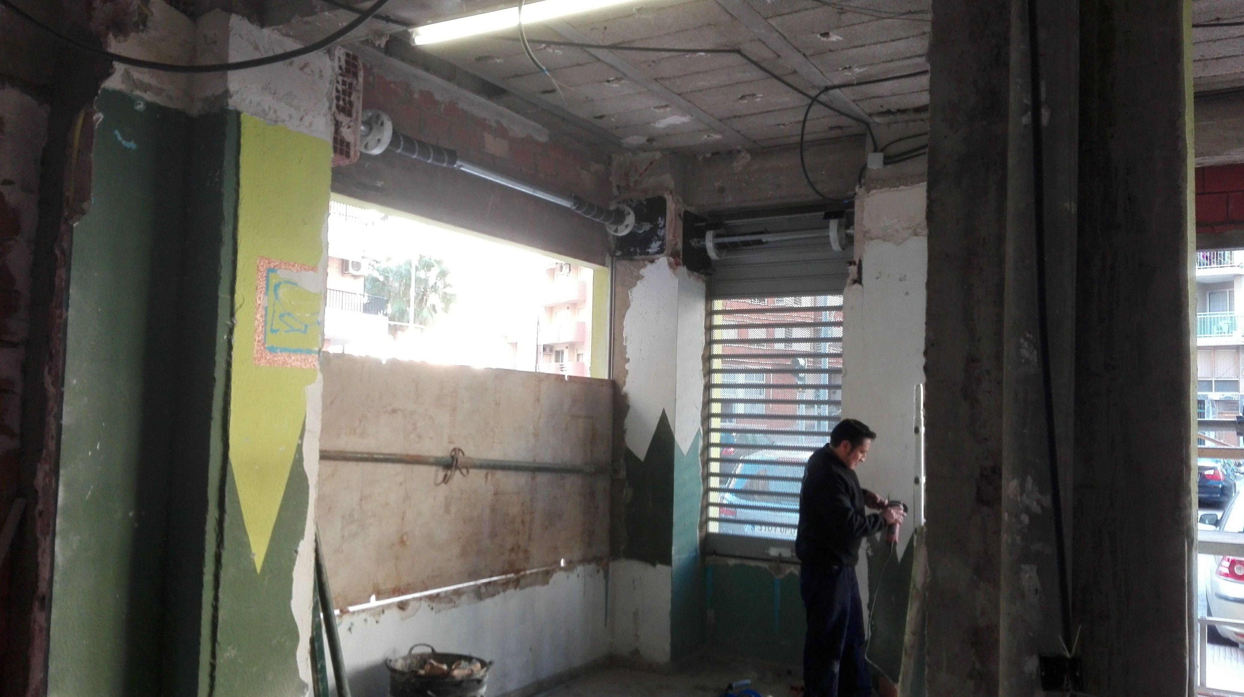 Montaje de ejes de puertas enrollables de aluminio con testeros