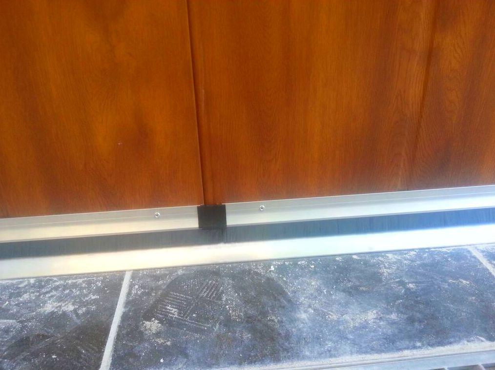 Puerta corredera seccional lateral imitación madera
