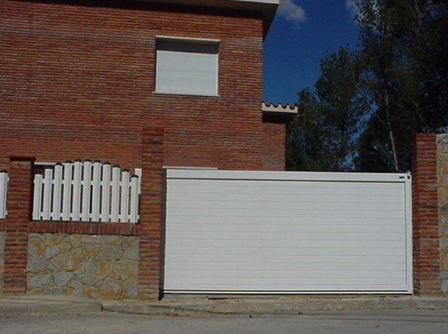 Puerta corredera de aluminio lisa y valla de barrotes combinada