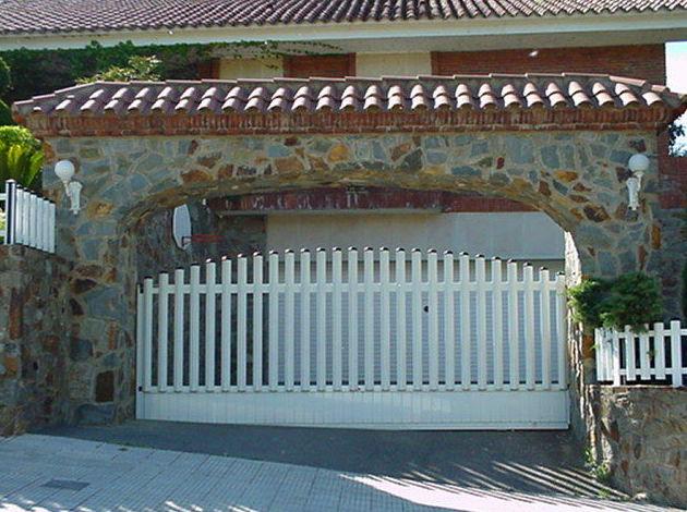 Puerta Corredera de aluminio barrotes circulo medio punto