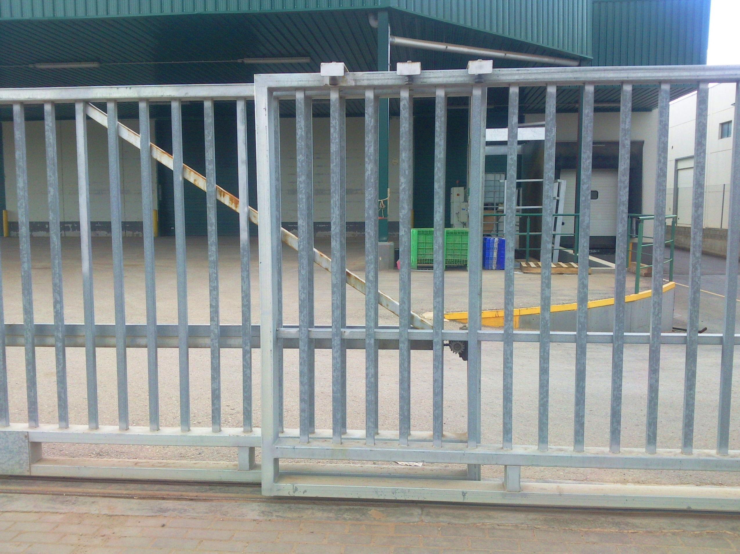 Puerta corredera telescópica galvanizada barrotes de 20 metros