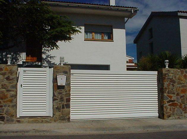 Puerta corredera y peatonal de aluminio tipo mallorquina