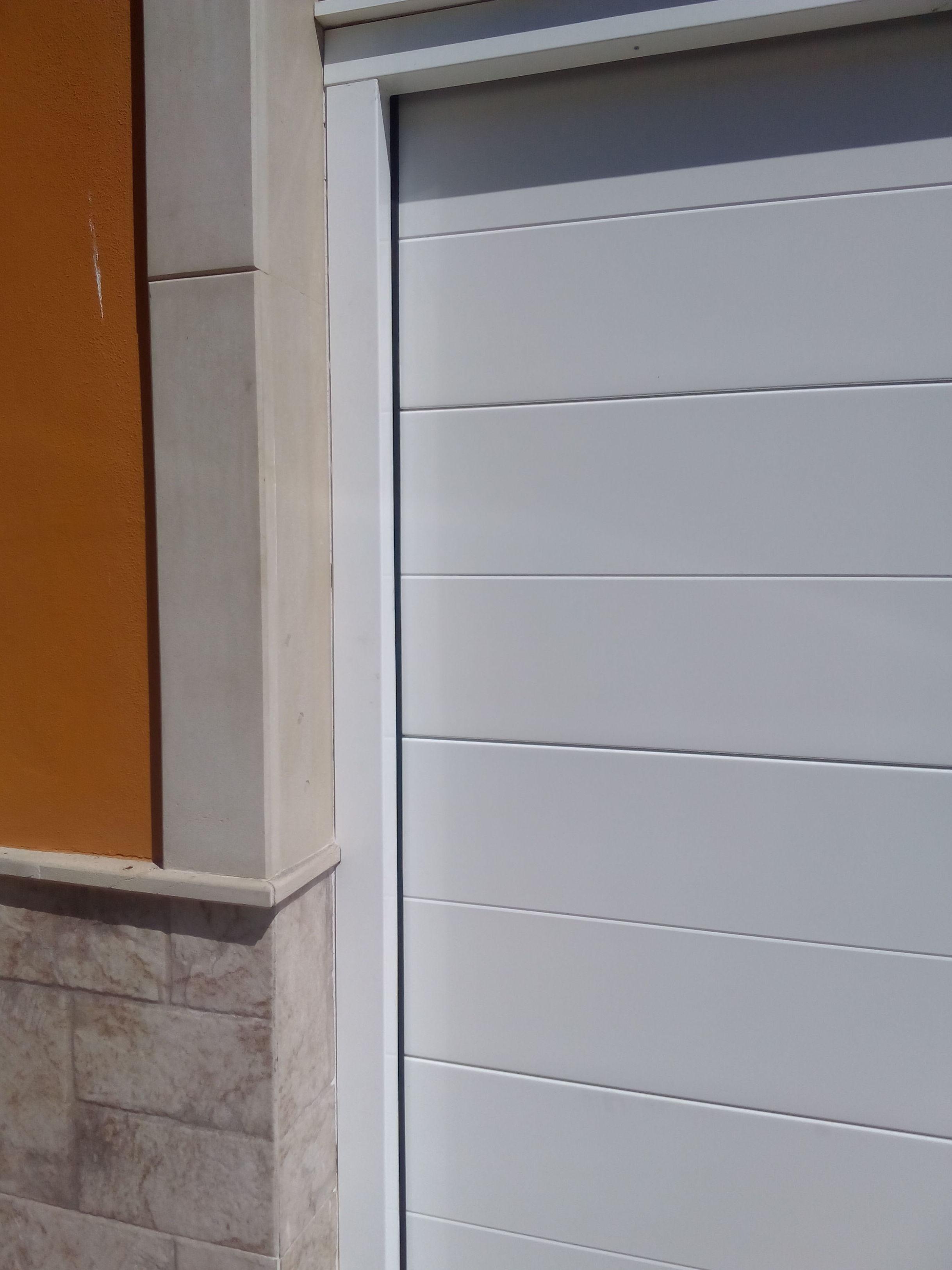 Puerta seccional automática panel liso y forro de premarco