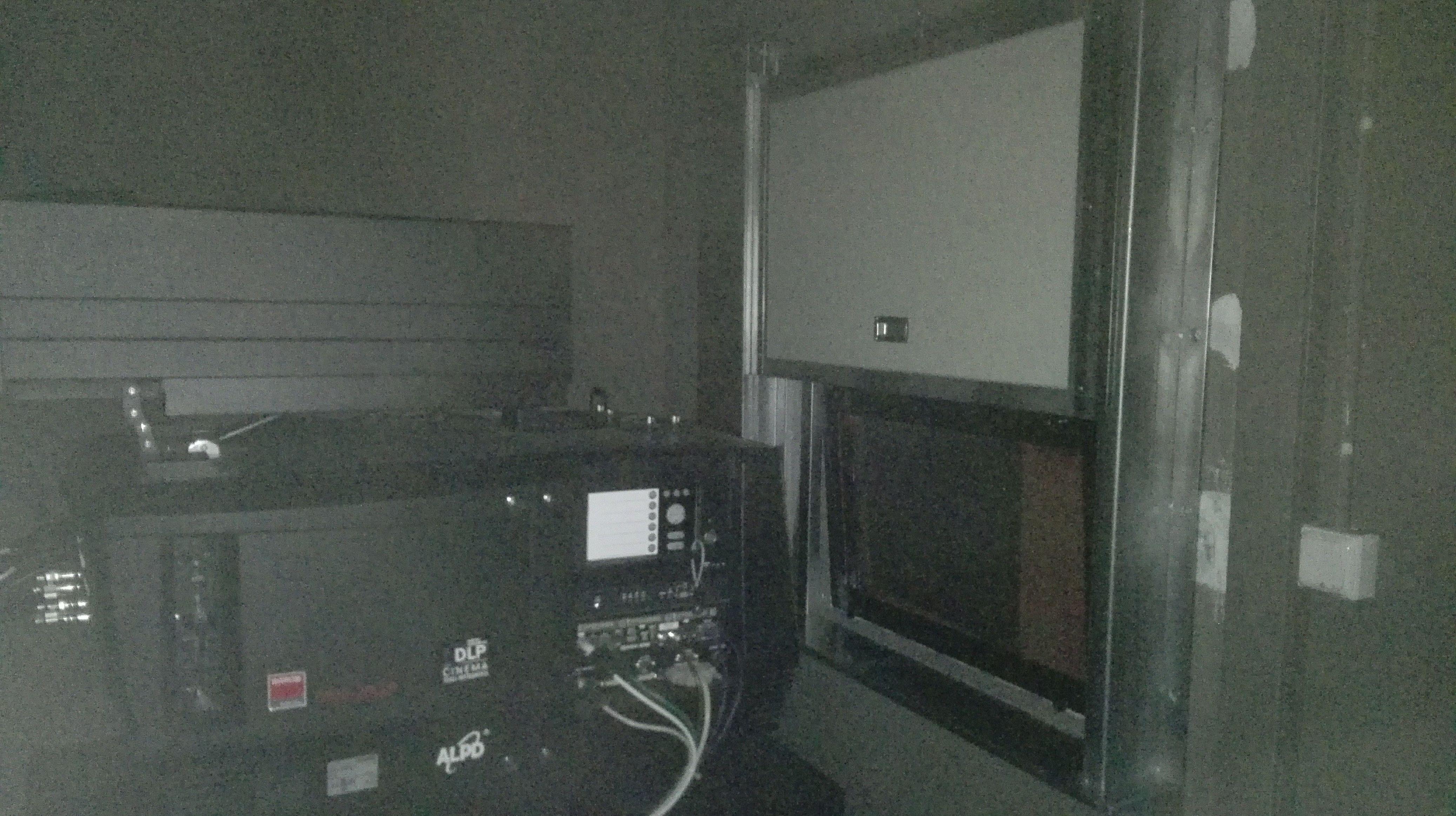 Puerta cortafuegos guillotina para ventana en sala proyector de cine