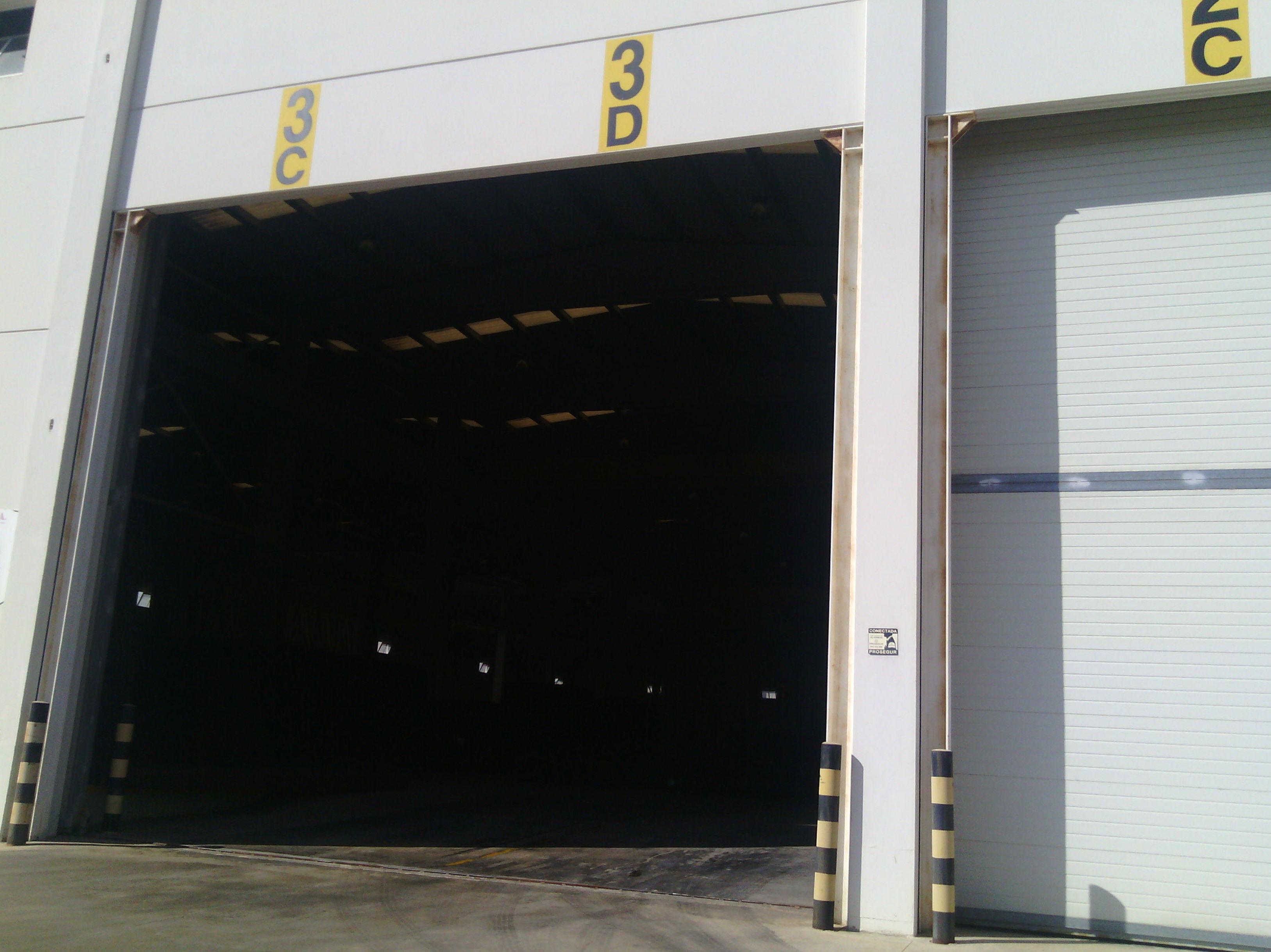 Puerta corredera industrial con panel de sándwich térmico y aislante