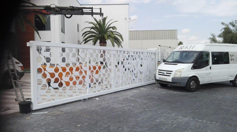 Puerta corredera telescópica corte laser diseño especial