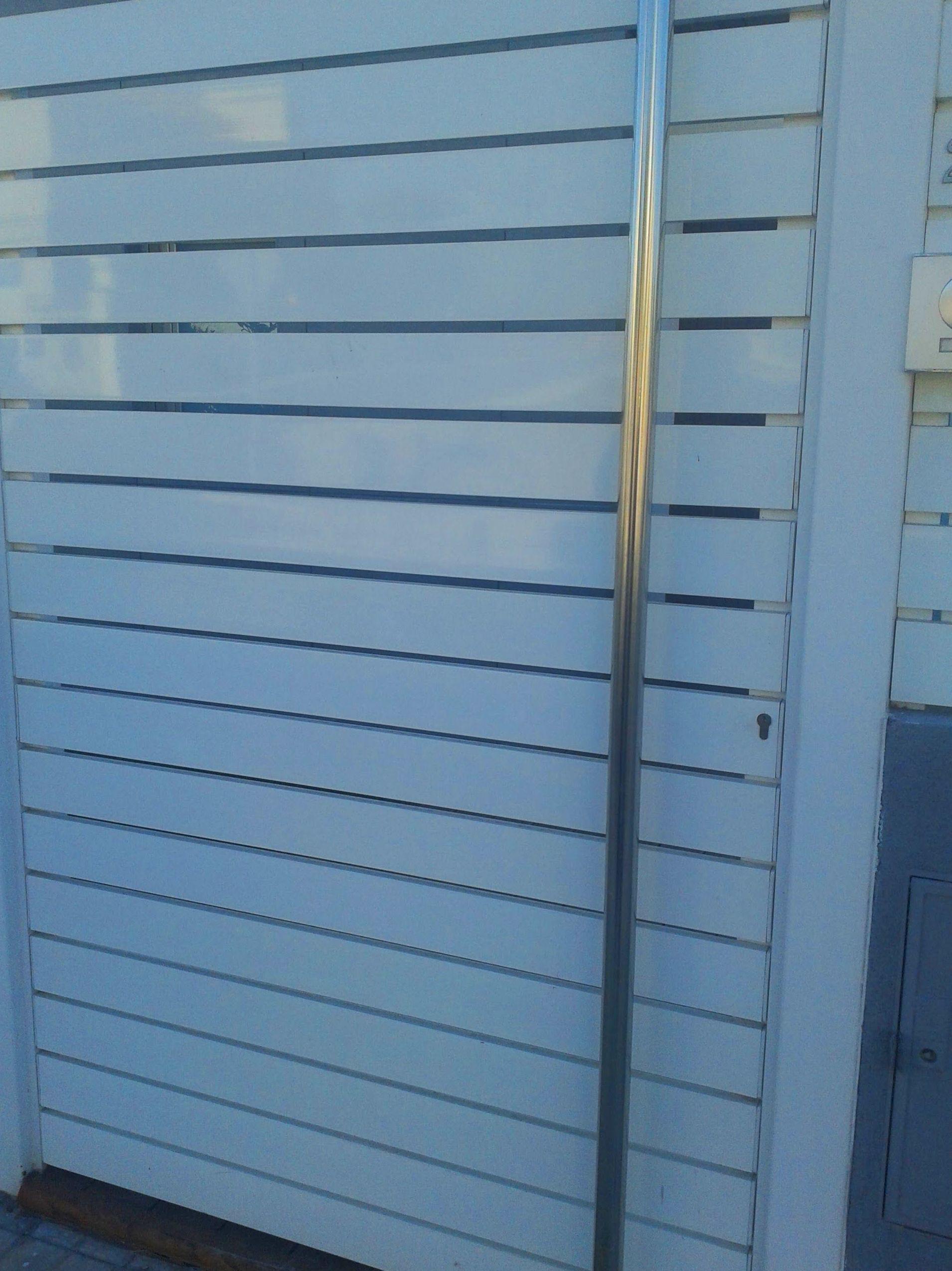 Puerta peatonal de aluminio tirador inoxidable