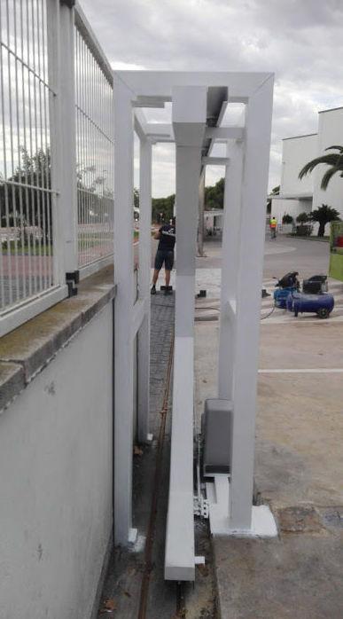 Puerta corredera telescópica corte al laser diseño puente de sujeción lateral