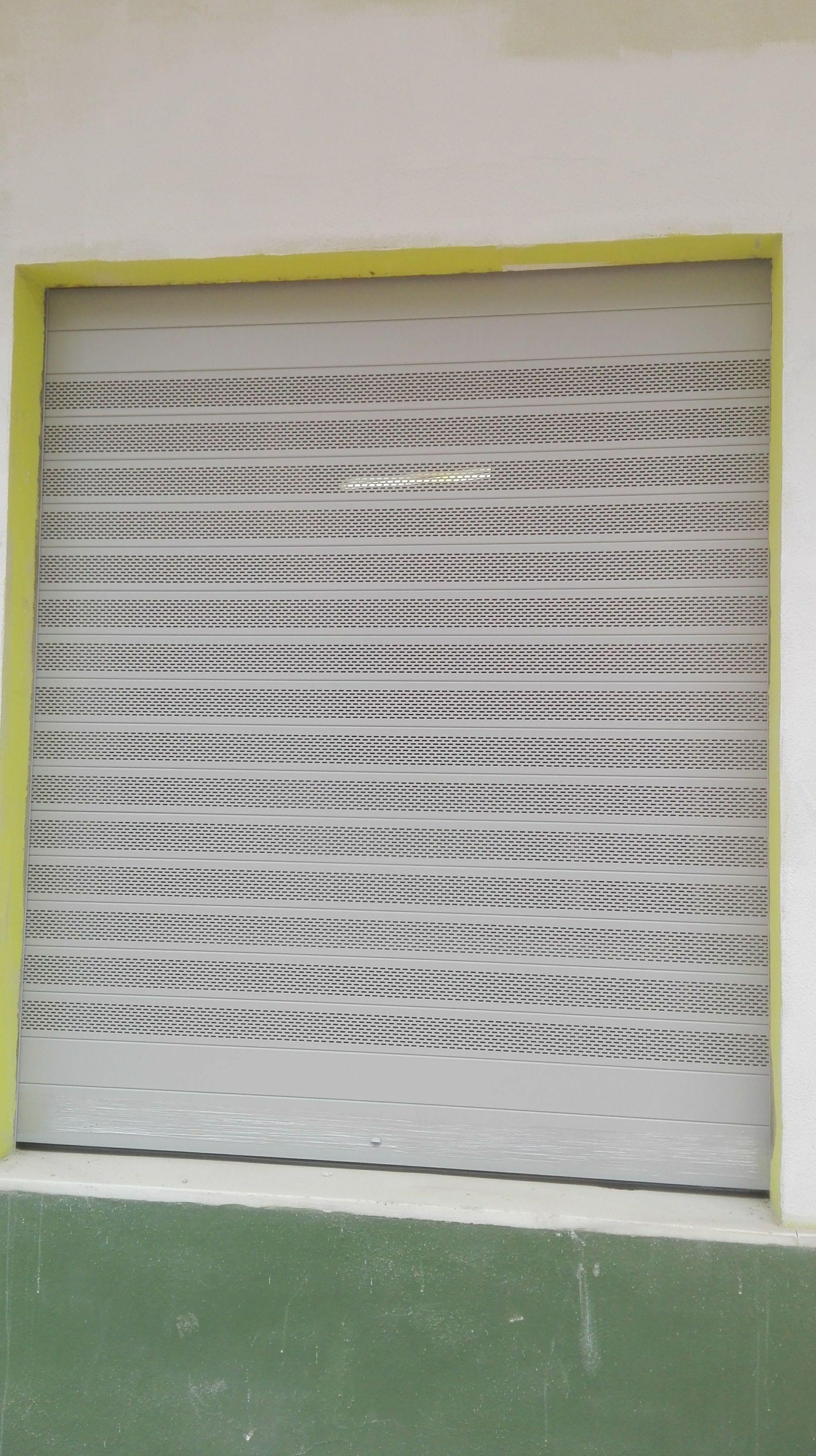 Puerta enrollable de aluminio ral 9006 gris microperforada  automática de lama ovalada