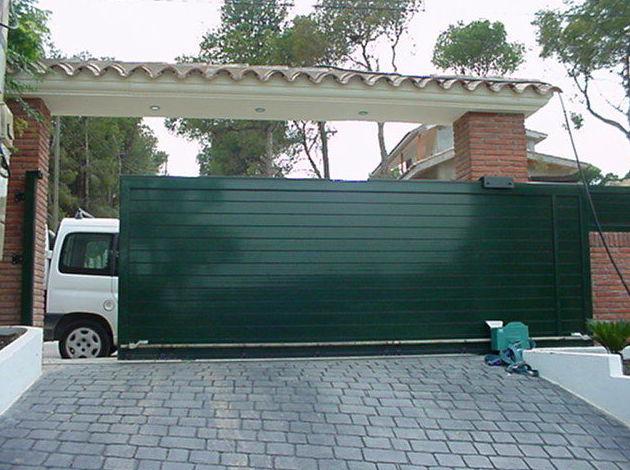 Puerta Corredera de aluminio automática de lama lisa doble