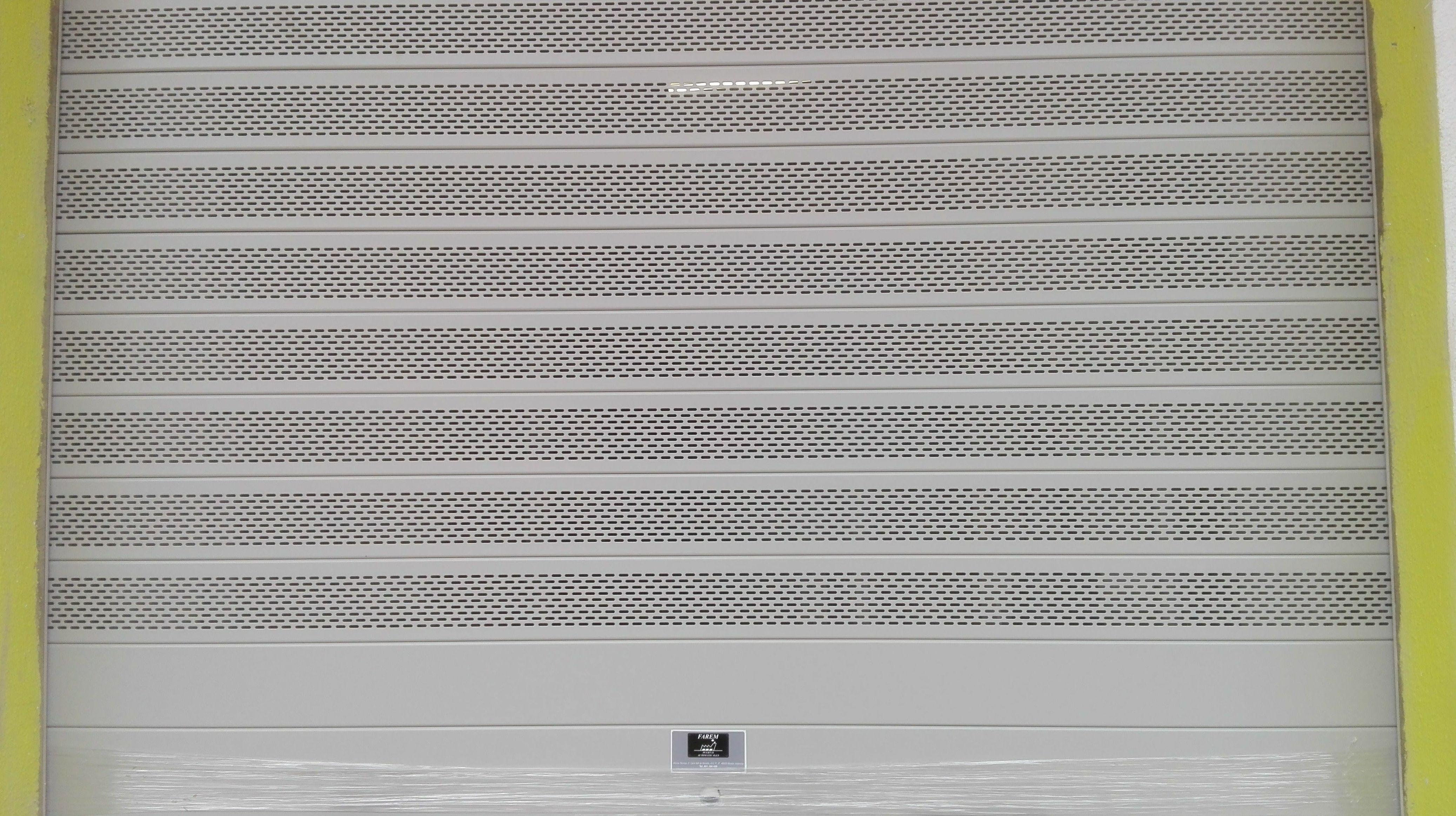 Puerta enrollable de aluminio automática de lama microperforada ovalada ral 9006 gris