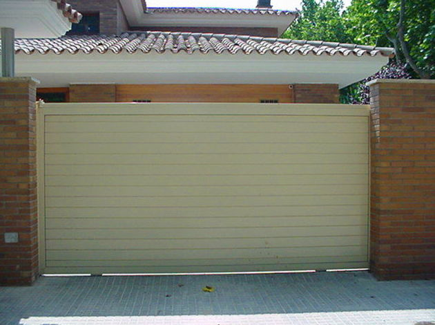 Puerta corredera de aluminio lama lisa doble horizontal