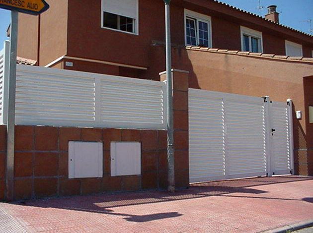 Puerta y valla de aluminio lama vierte aguas mallorquina horizontal