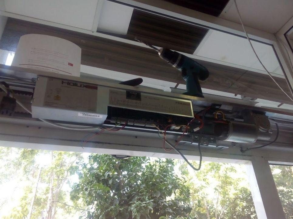 instalación de motor de puerta corredera de cristal