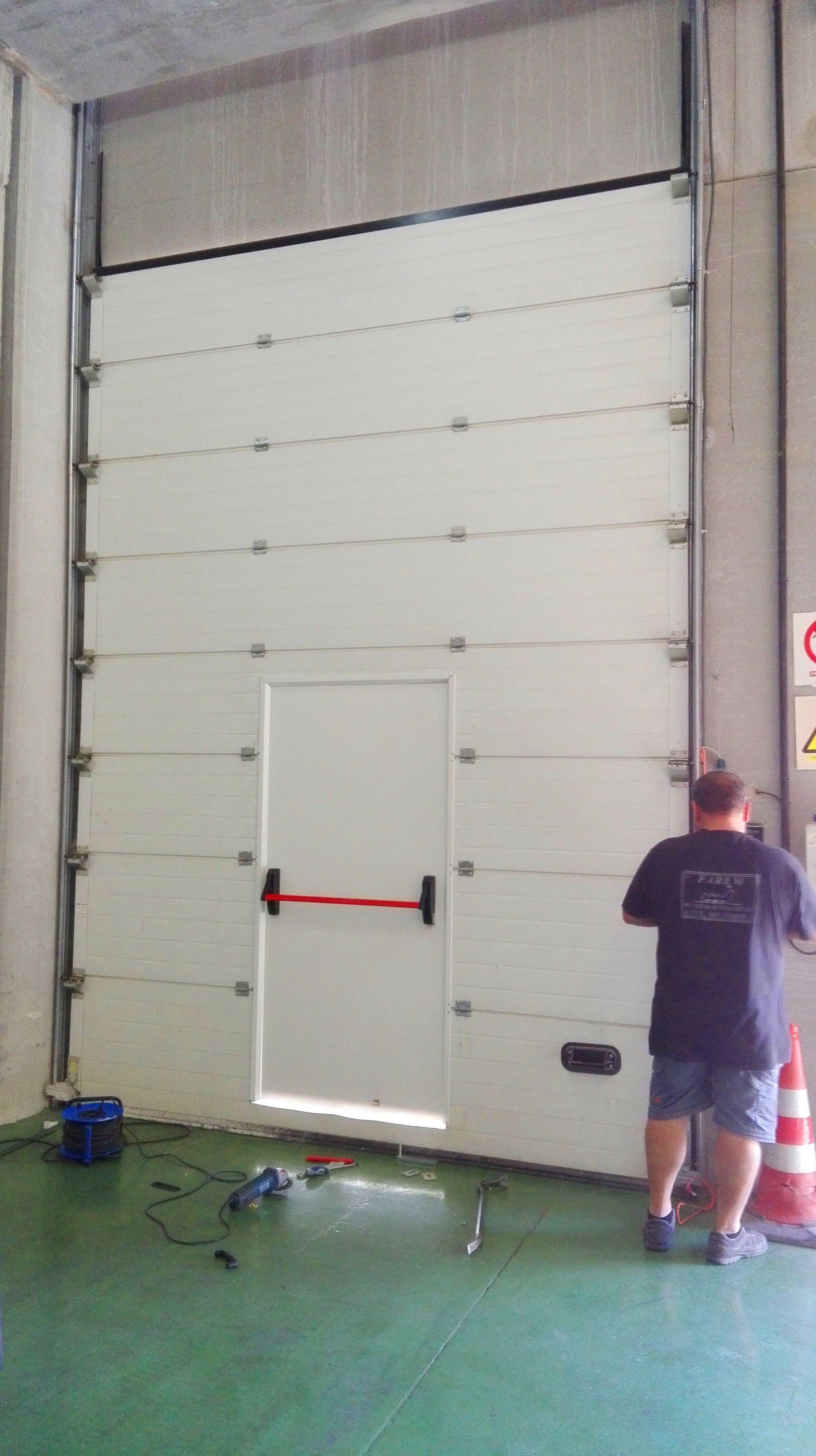 puerta peatonal incorporada en puerta seccional de salida de emergencia