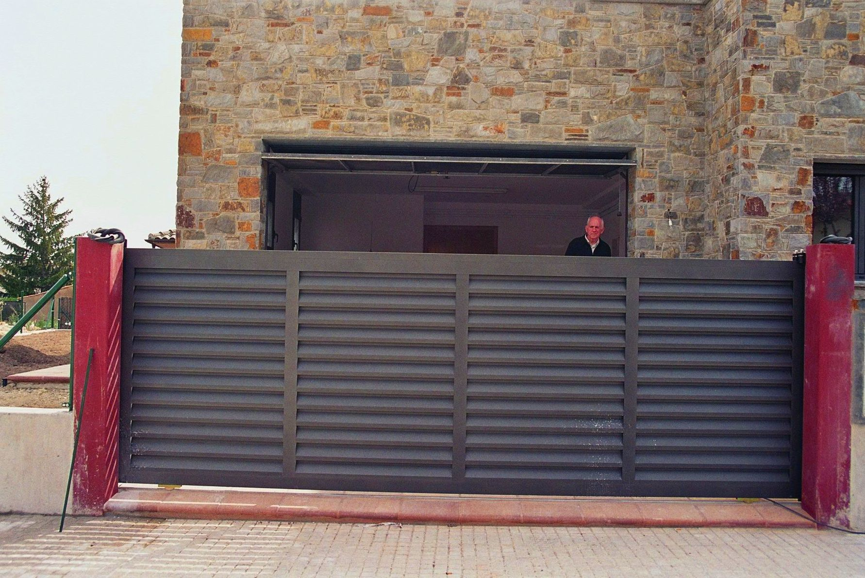 Puerta Metálica Corredera lamas mallorquina vierte aguas pintada gris forja