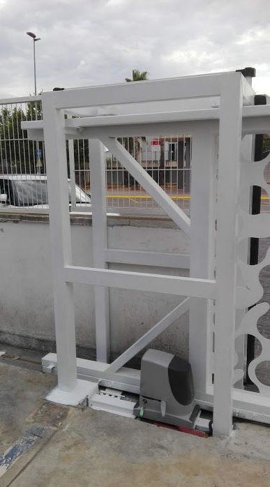 Puerta corredera telescópica corte al laser diseño puente de sujeción