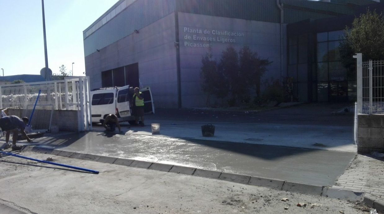Preparación de obra para cancela corredera automática industrial