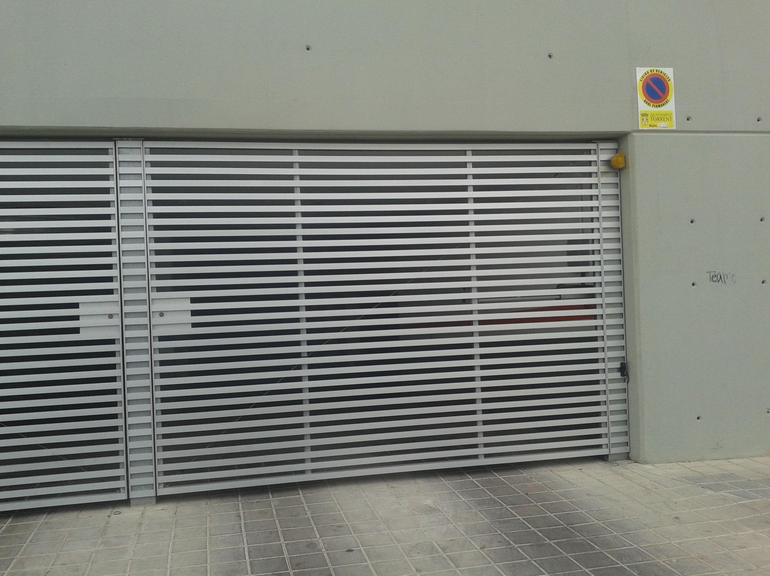 Puerta Batiente comunitaria de barrotes de aluminio y chasis metálico