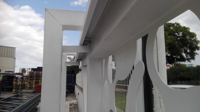 Puerta corredera telescópica corte al laser diseño rodamientos invertidos