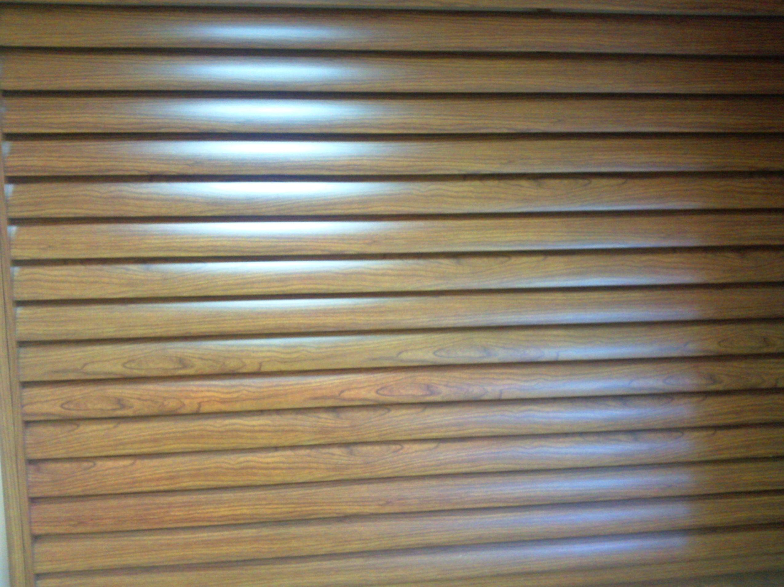 Puerta de aluminio lama ovalada grande vierte aguas imitación madera