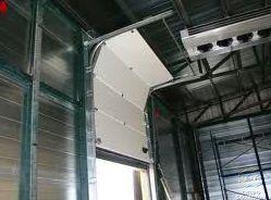 Puerta seccional industrial con dintel alto