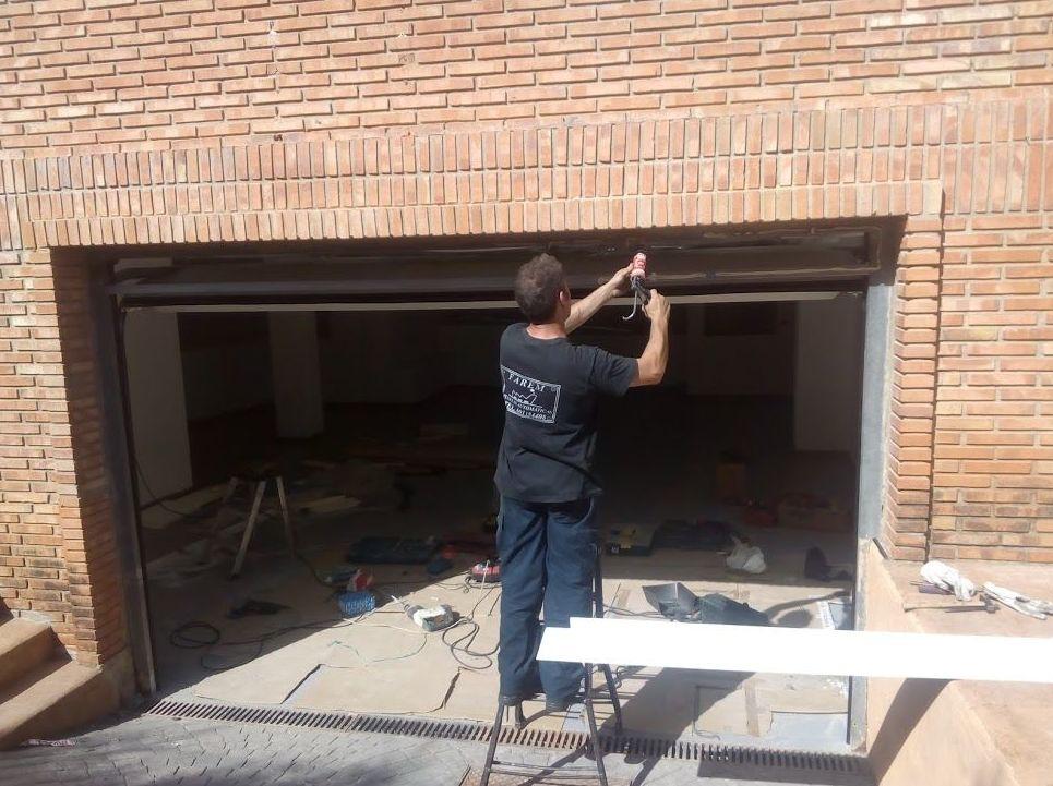 Montaje de puerta seccional residencial automática