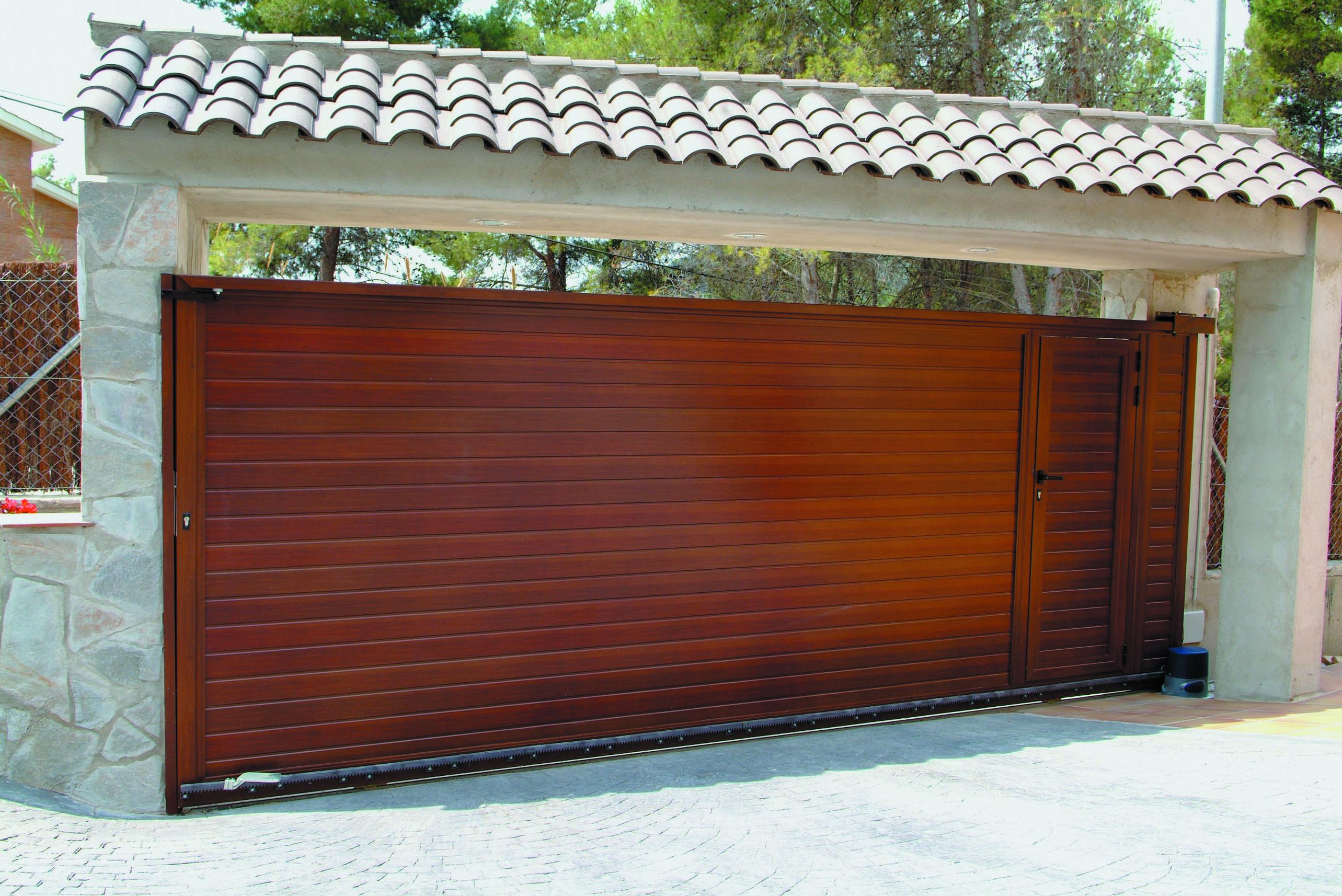 Puerta Corredera de aluminio con peatonal incorporada imitación madera