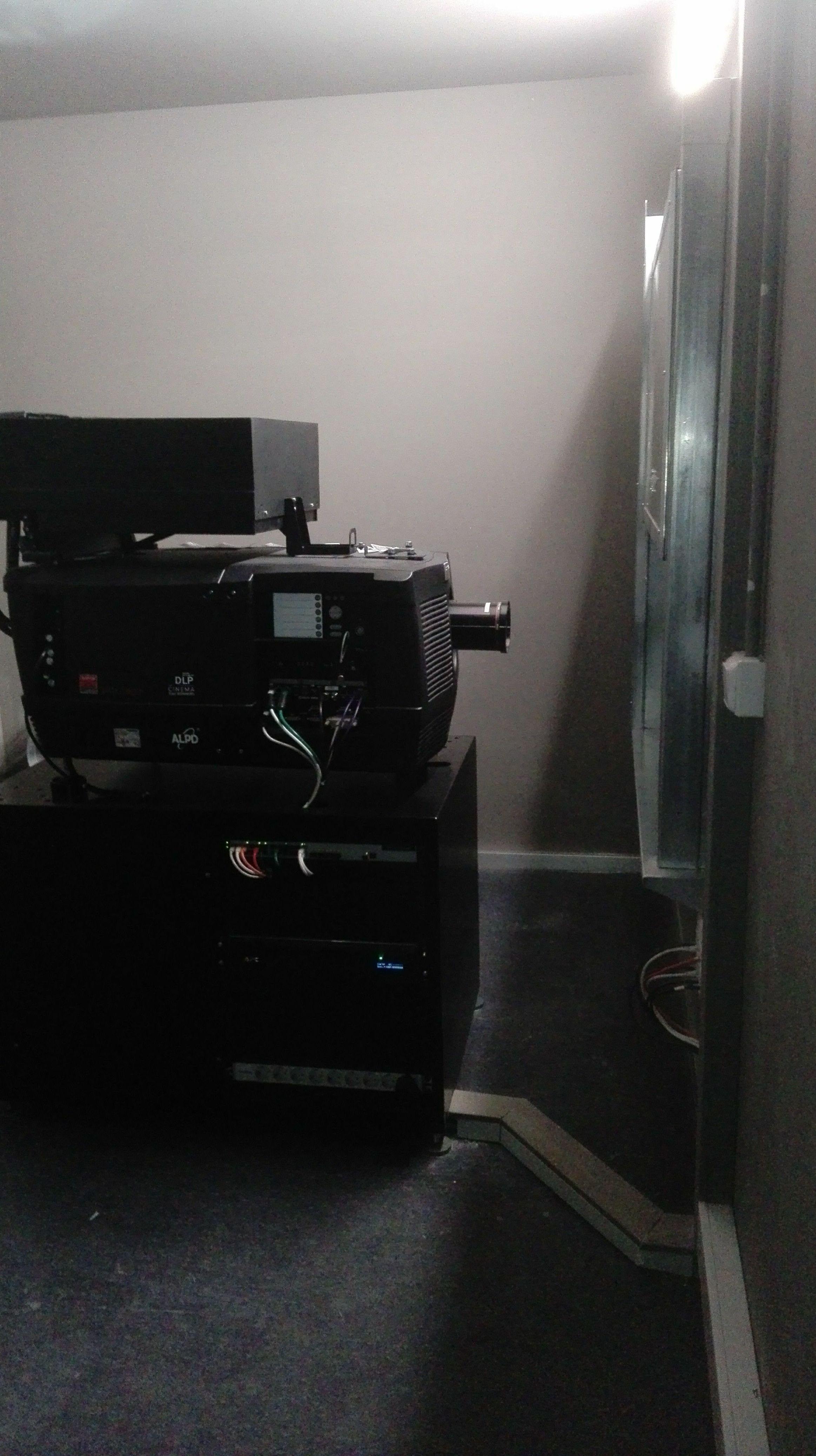 Puerta guillotina en Ventana cortafuegos sala de cine, vista lateral