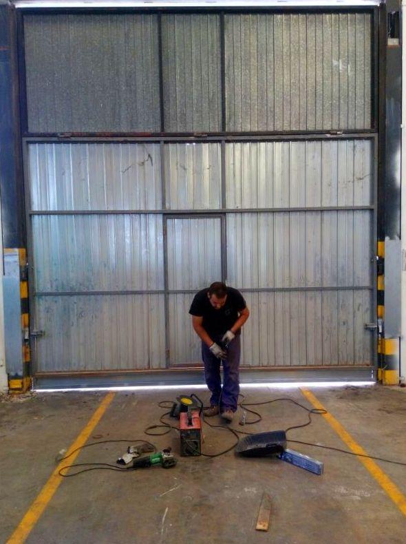Sustitución de tramo y reparación de puerta basculante de contrapesos pre leva industrial
