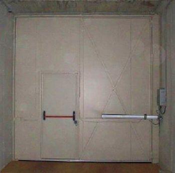 Puerta batiente cortafuegos automática con puerta peatonal incorporada