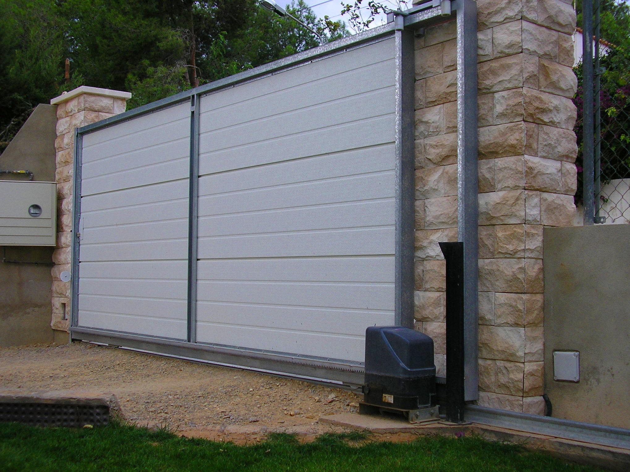Puerta corredera marco galvanizado con panel de sándwich con separación térmica