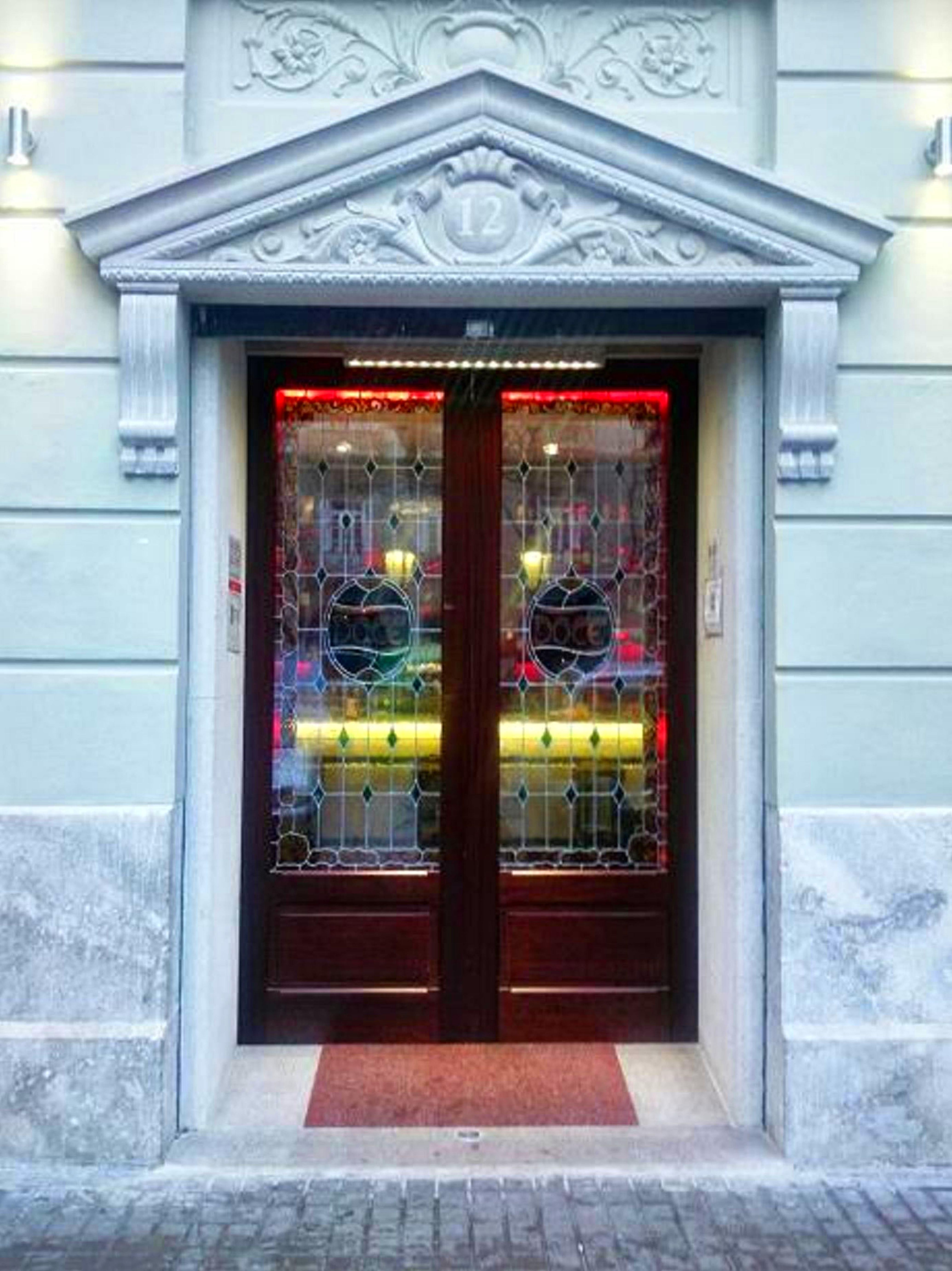 Puertas automáticas correderas de cristal y madera