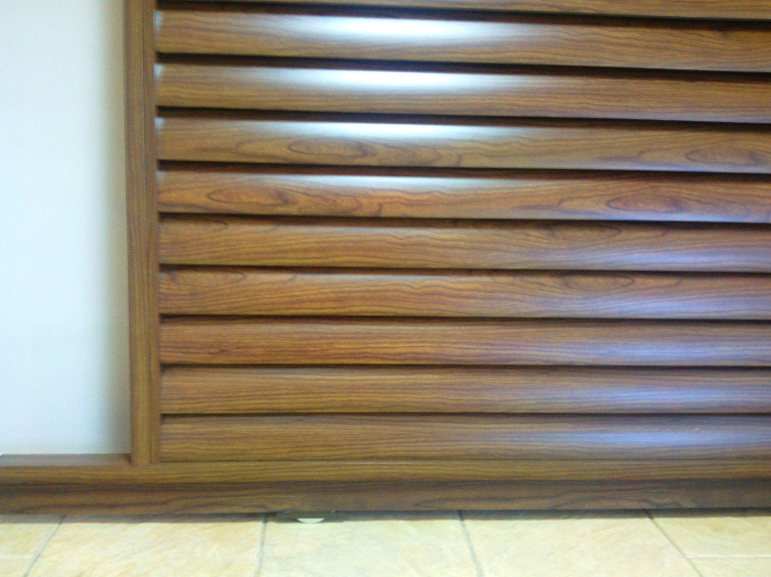 Puerta de aluminio lamas ovaladas grande vierte aguas imitación madera