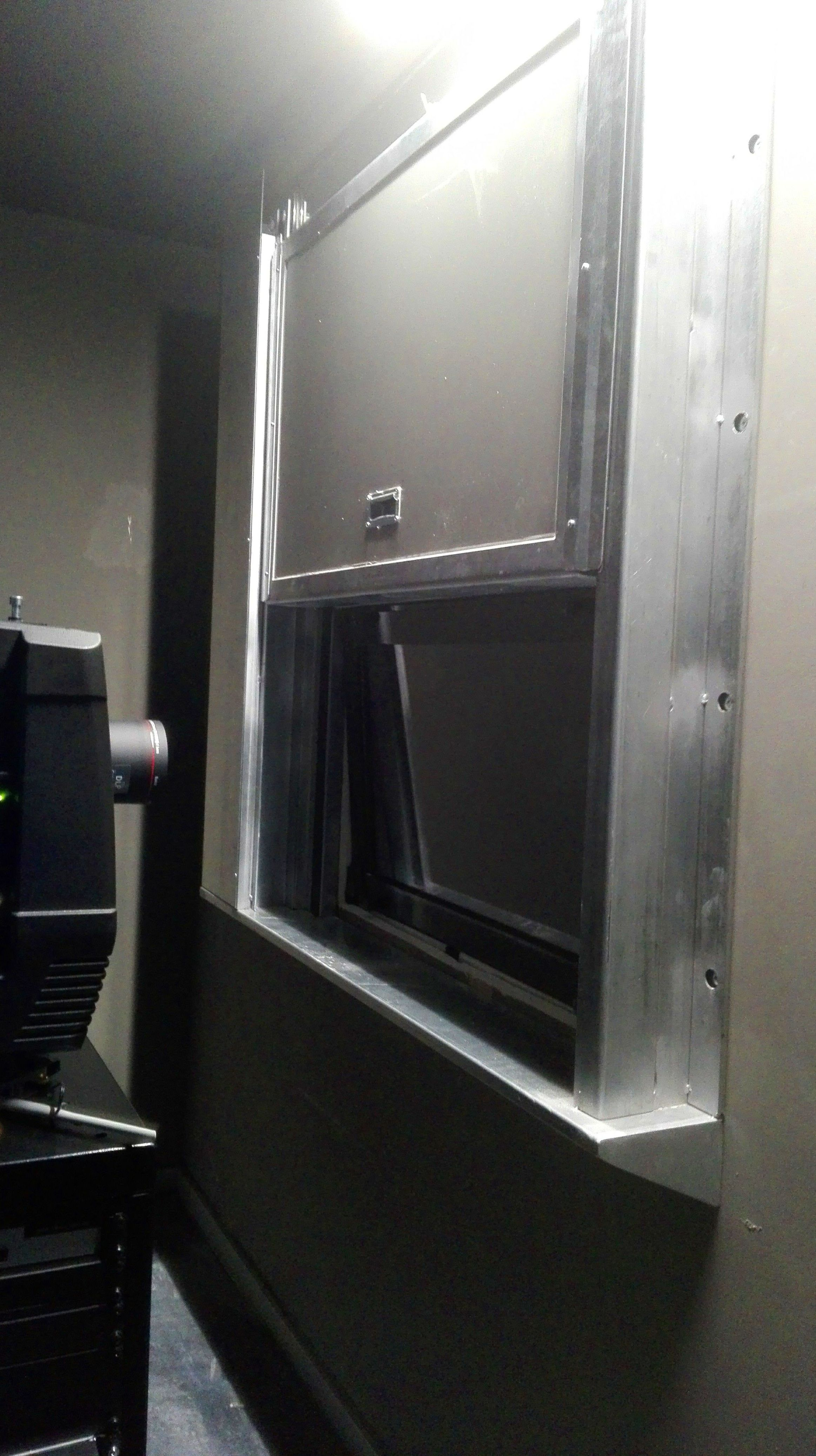 Ventana de guillotina cortafuegos sala reproductor de cine, sistema de cierre por fusible térmico