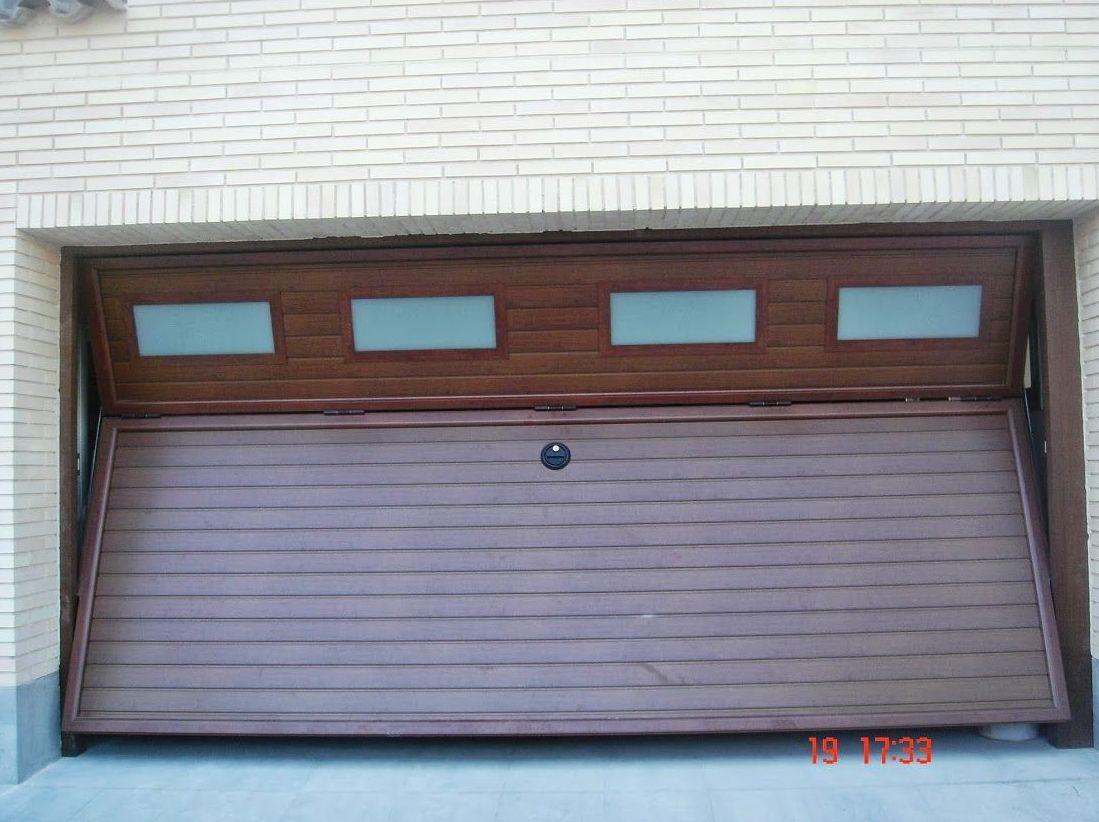 Puerta basculante de contrapesos tipo preleva imitación madera