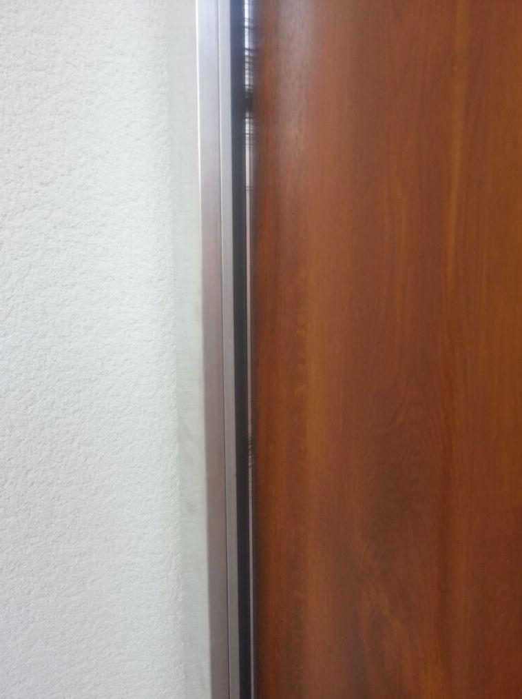 Puerta de garaje corredera lateral seccional cepillo en cierre