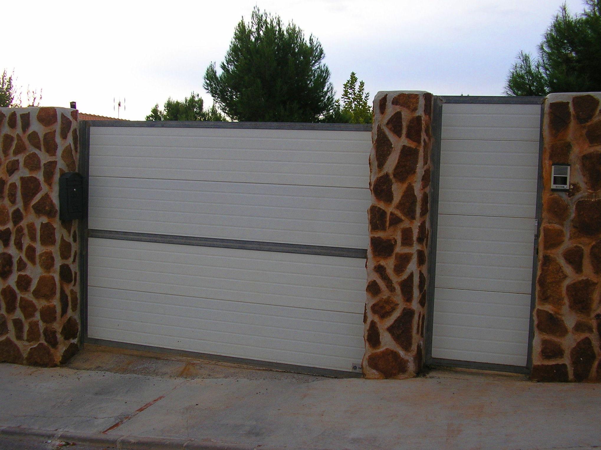 Puertas de panel aislante de sàndwich con marcos metálicos galvanizados
