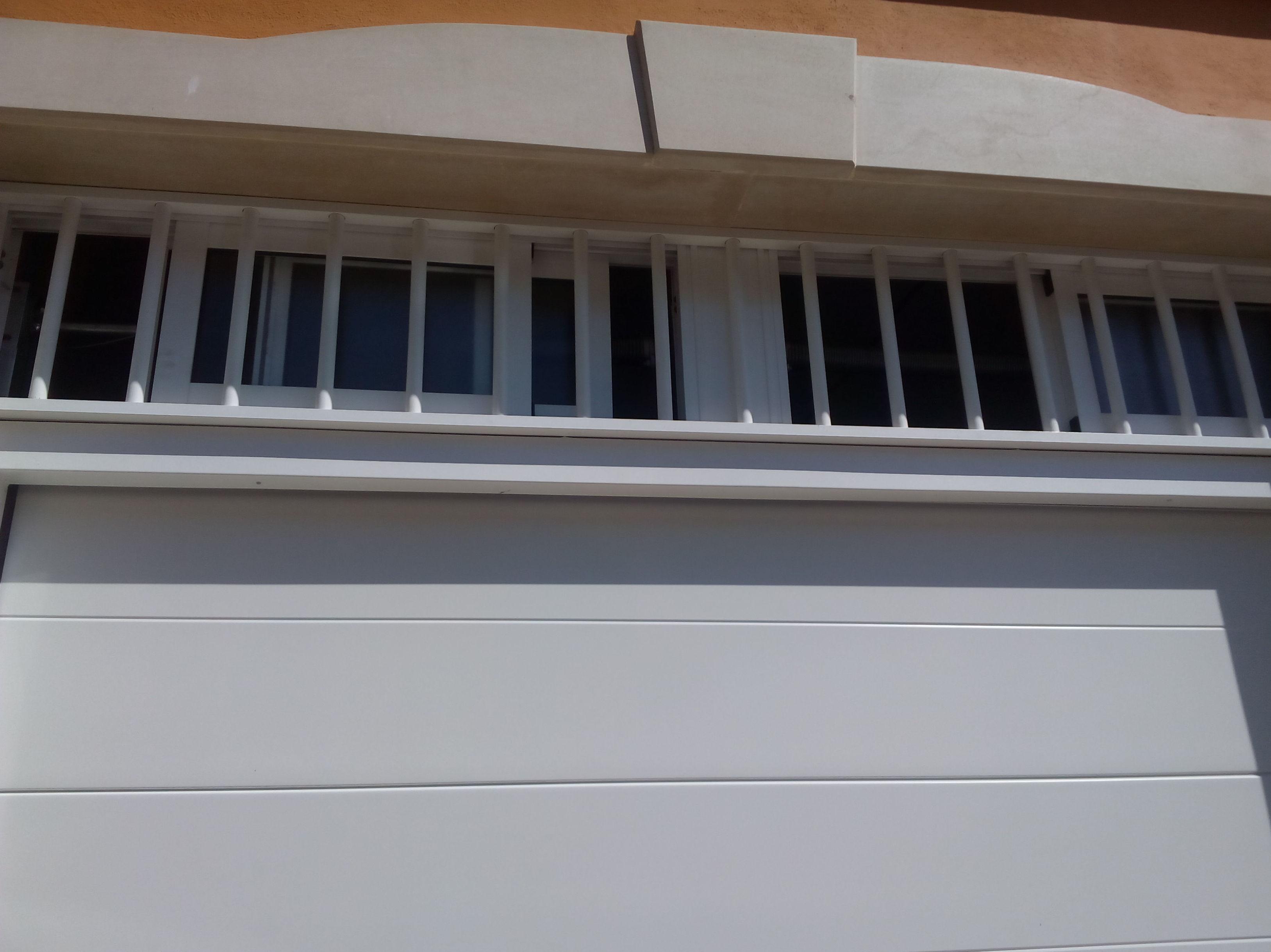 Puerta seccional automática panel liso de un canal ventilación superior