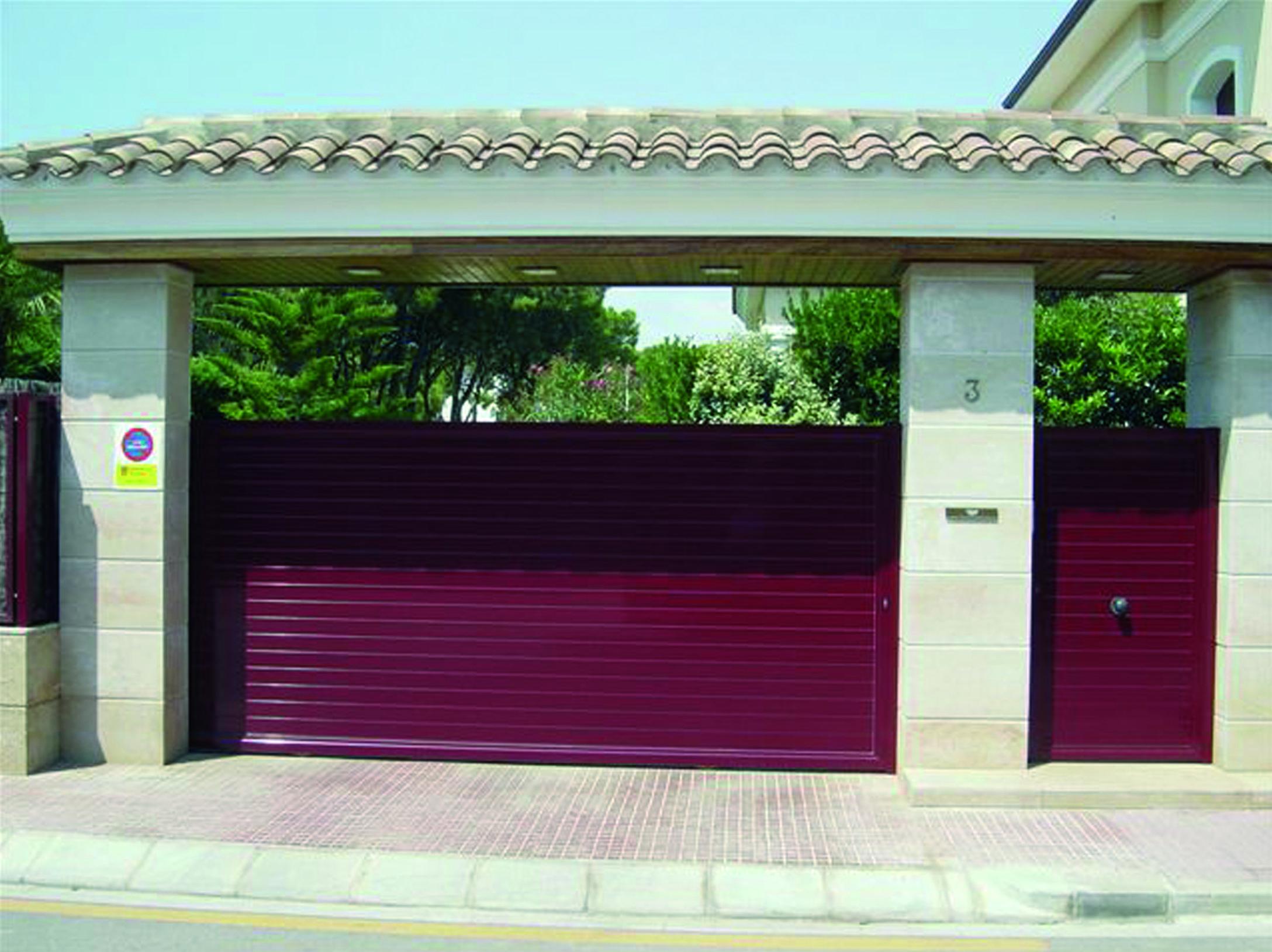Puerta corredera y peatonal de aluminio de lamas lisas