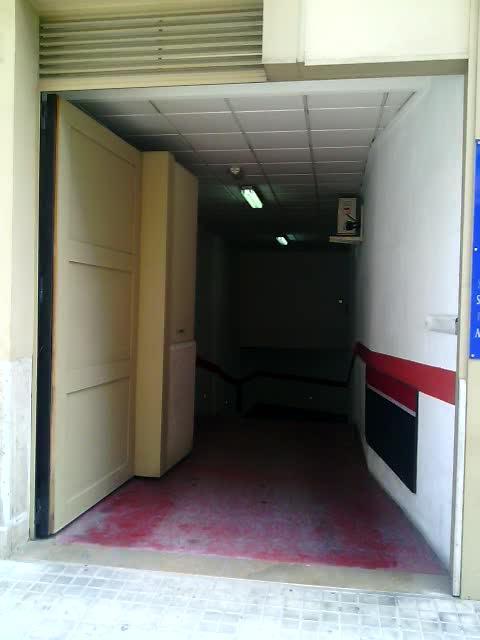 Puerta Metálica Automática con Diseño Oculto en la Fachada }}