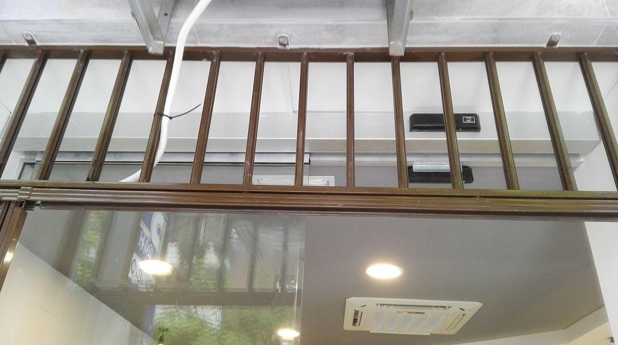 Puerta de cristal corredera automatismo en falso techo Panadería