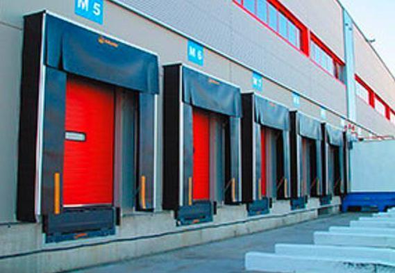 Punto de carga compuesto por muelle de carga, abrigo de lona y puerta seccional