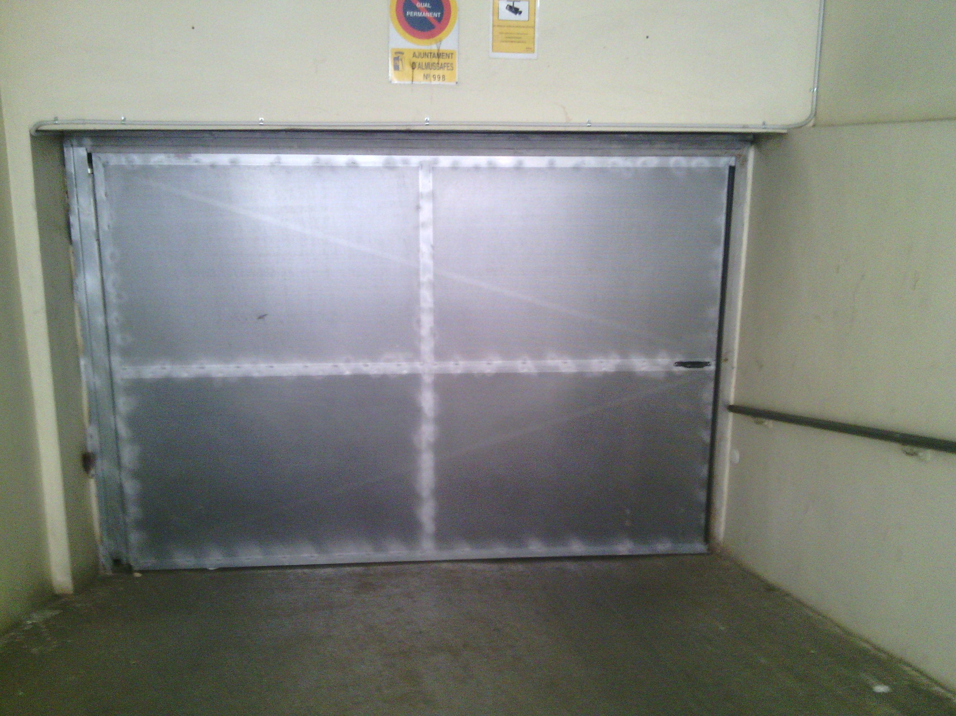 Puerta Batiente de Comunidad de chapa micro perforada galvanizada