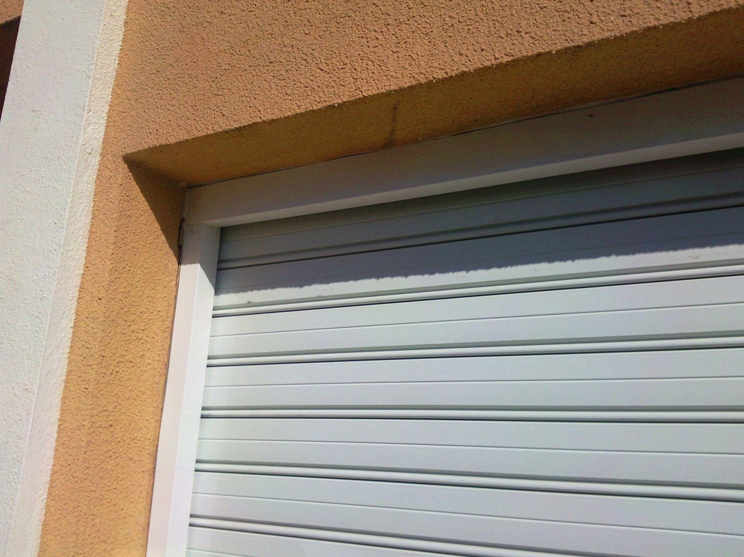 Puerta metálica enrollable con forro de marco en aluminio