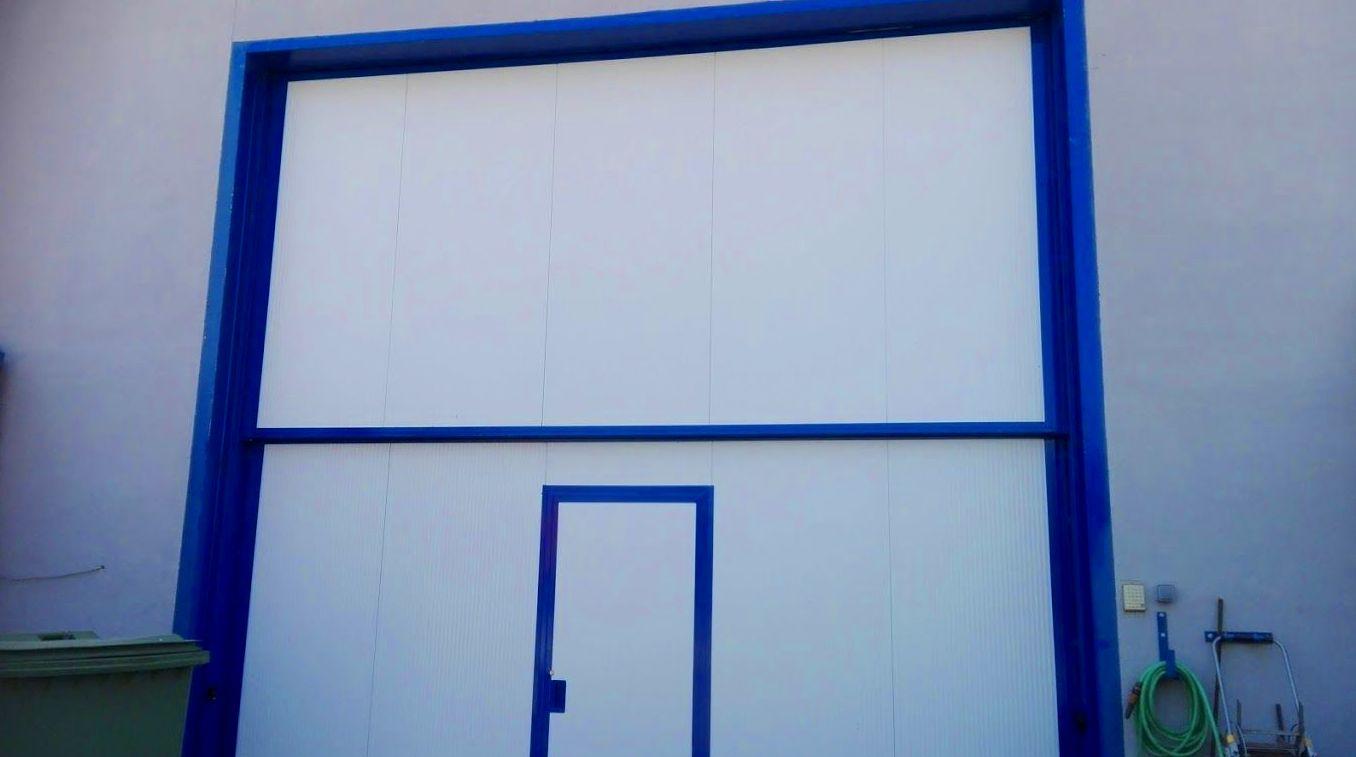 Puerta automática guillotina 2 hojas industrial de panel