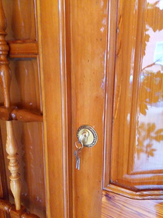 Puerta de madera mobila vieja saneada